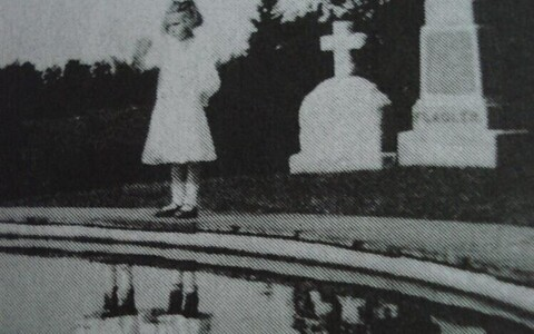 """Ransom Riggsi 2011. aastal ilmunud teoses """"Miss Peregrine'i kodu ebaharilikele lastele"""" näidatakse lugejale muu hulgas fotot kahe peegeldusega tüdrukust surnuaias."""