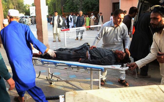 Vabatahtlikud abistamas Afganistani rünnakus kannatanuid.