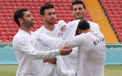 Meeskonnakaaslased aitavad MM-finaalturniiri treeningul Salah'le särki selga