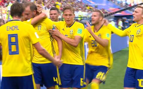 Сборная Швеции по футболу празднует гол.