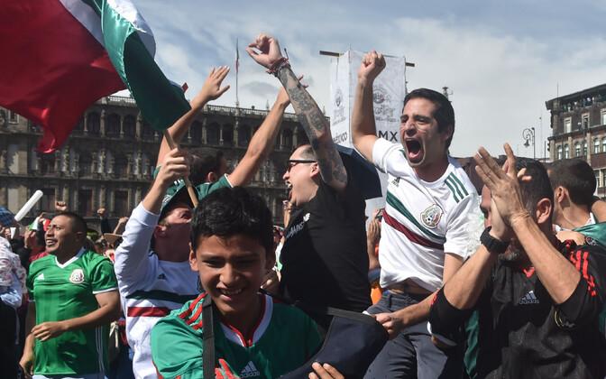Vutifännid Mehhiko pealinnas pühapäevase värava üle rõõmustamas.