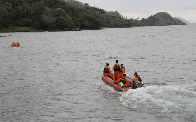 Indoneesia päästeametnikud Toba järvel 19. juunil.