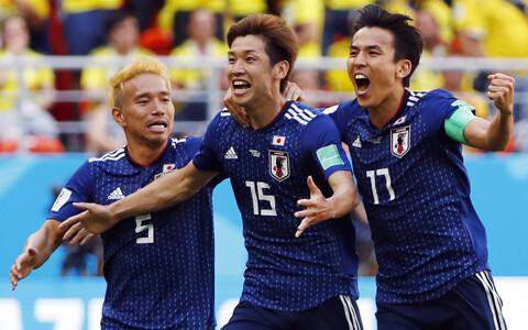 Футболисты японской сборной празднуют гол.