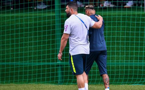 Neymar treeningult koos füsioterapeudiga lahkumas.
