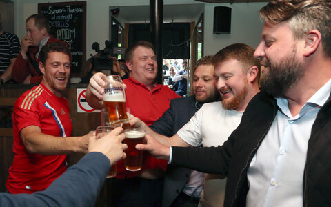 Jalgpallifännid Moskvas baaris õlut joomas.