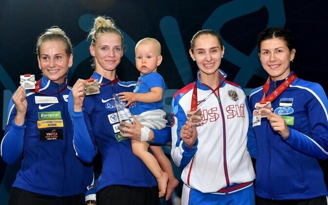 Eestlannad pjedestaalil (vasakult): Kristina Kuusk, Katrina Lehis pojaga ning paremal Julia Beljajeva.