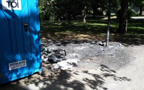 Вандалы сожгли в центре Таллинна несколько уличных туалетов.