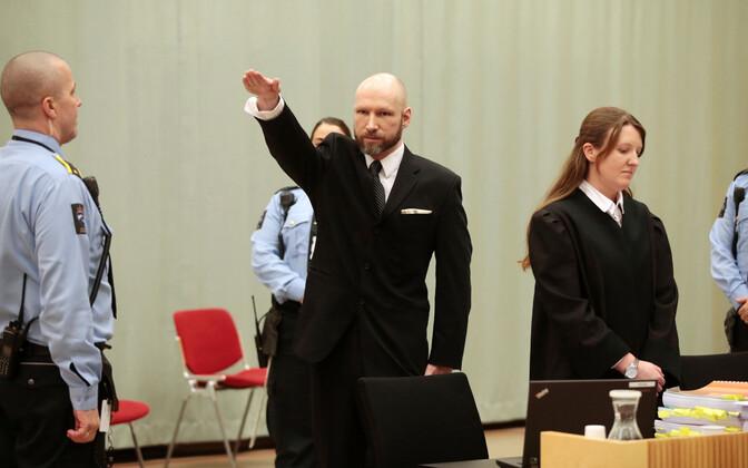 Breivik 2017. aastal kohtusaalis kätt tõstmas.