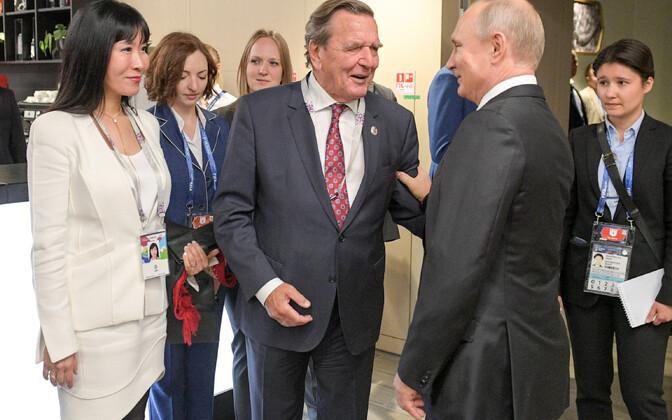 Gerhard Schröder ja Vladimir Putin Moskvas Lužniki staadionil jalgpalli MM-i avamängul.