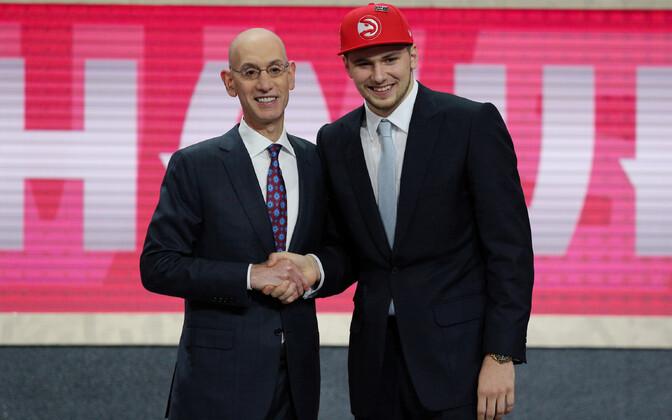 NBA komissar Adam Silver ja Luka Doncic.