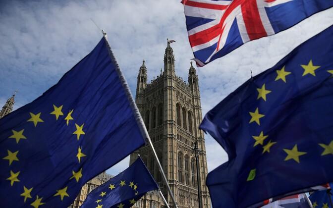 Граждане ЕС должны будут предоставить сведения о себе и заплатить £65, чтобы остаться на территории Великобритании после брексита.