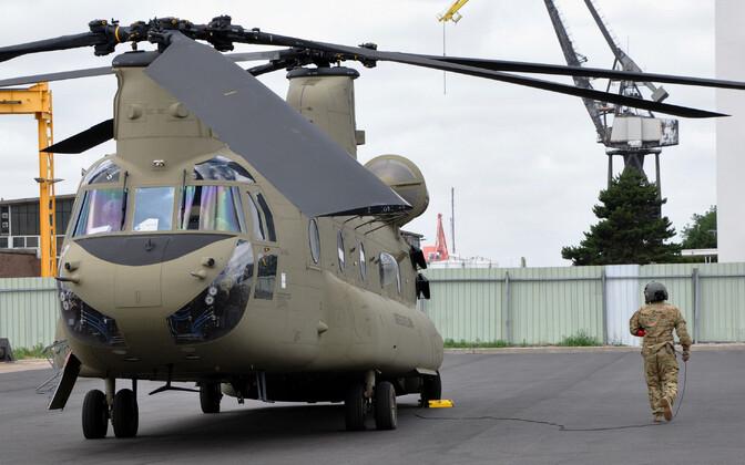 USA maavägede helikopter Chinook Rooterdami sadamas 21. juunil.