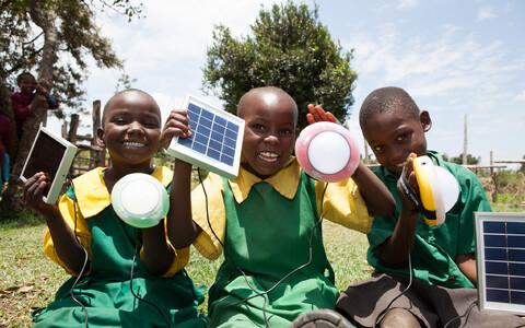 Koolid on tihti digitaalselt erineval tasemel. Pildil on Aafrika koolilapsed, kes on saanud päikesepaneelid, millega varustada kooli elektriga.