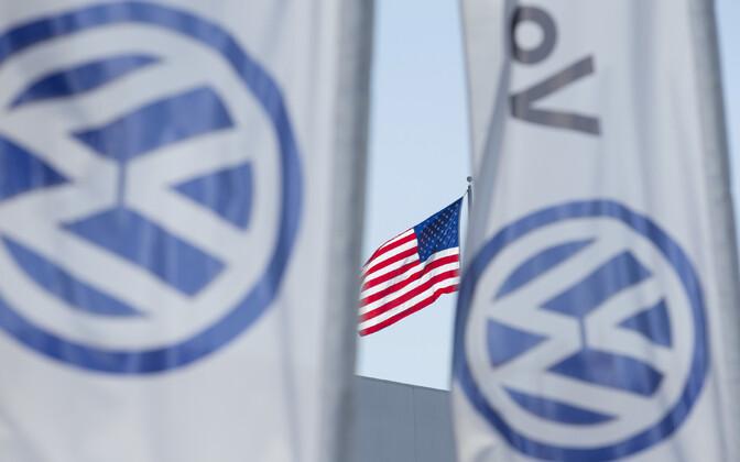 USA ja Volkswageni lipud.