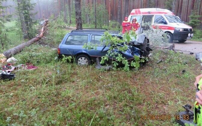 Võrumaal autoga vastu puud sõitnud noormees sai raskelt viga