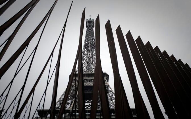 Uue terrorirünnakute vältimise meetmena Eiffeli torni ümber paigaldatud terasaed.