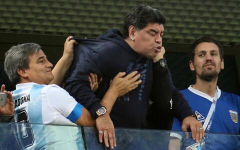 Diego Maradona Argentinale kaasa elamas.