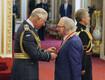 Ansambli Bee Gees liige Barry Gibb löödi Buckinghami palees rüütliks
