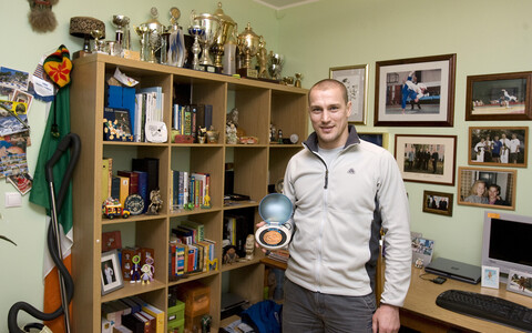 Aleksei Budõlin 2007. aastal enda olümpiapronksiga.