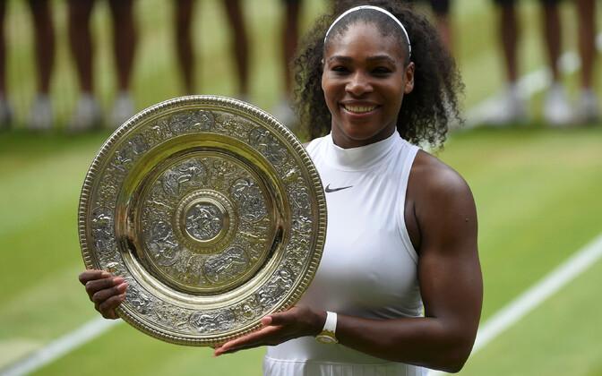 Serena Williams Wimbledoni võidukarikaga.