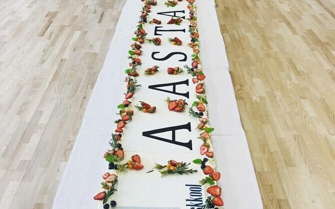 Tallinna 32. keskkool tähistas aasta kooliks saamist suure tordiga.