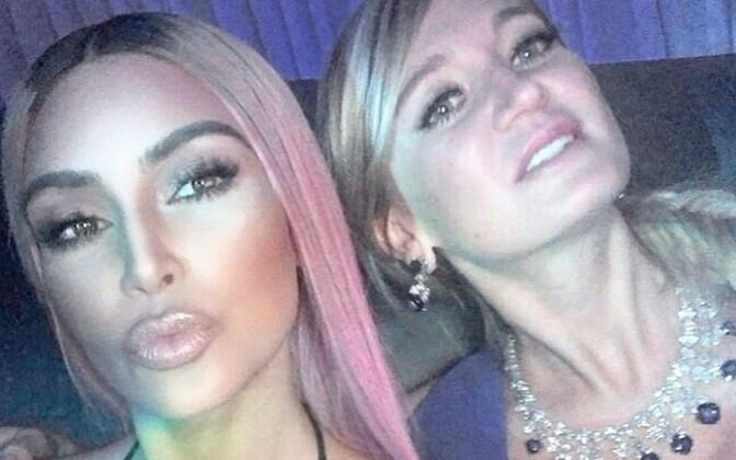 Kim Kardashian ja Marina Acton (paremal).