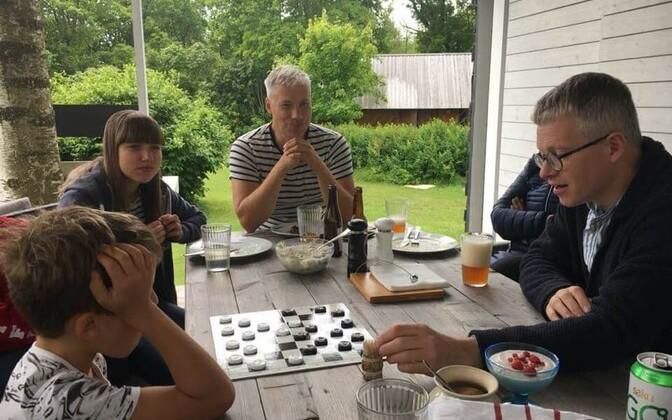Reedel, 29. juunil külastas Janek Mäggi Kesselaidu, kus väike Ralf andis Kabeföderatsiooni presidendile karmi kabelahingu.