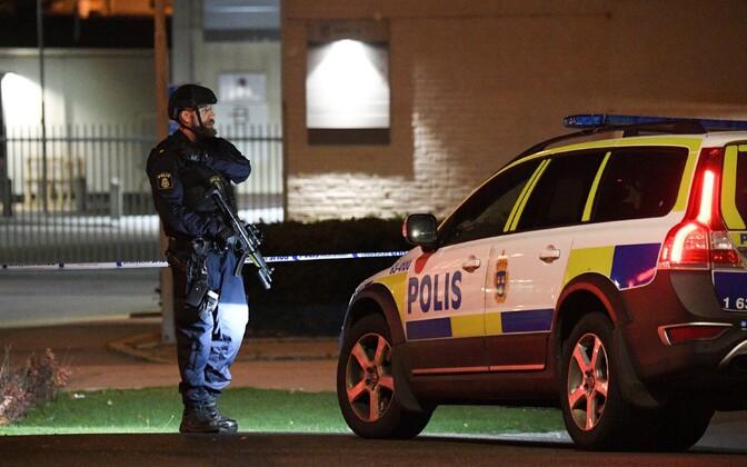 Rootsi politseinik Helsingborgis pärast rünnakut politseijaoskonnale.