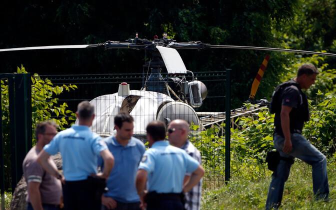 Politseinikud ja põgenemiseks kasutatud helikopter.