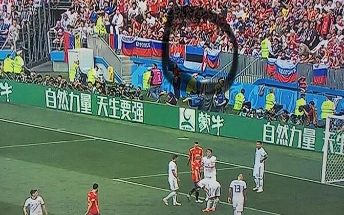 Sinimustvalge lipp oli Venemaa-Hispaania mängu ajal ka Venema fännisektoris.