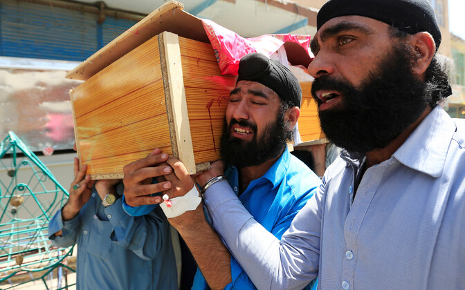 Sikhi-mehed kannavad enesetapurünnakus hukkunu kirstu Jalalabadi linnas.