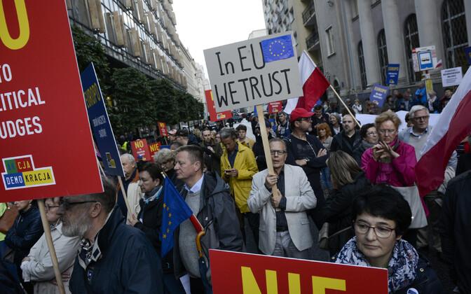 Poola inimesed palumas tänavu suvel toimunud meeleavaldusel, et Euroopa Liit kaitseks nende ülemkohut.