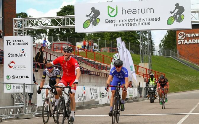 Toomas Vool (punases) võitmas Eesti juunioride grupisõidu meistritiitlit