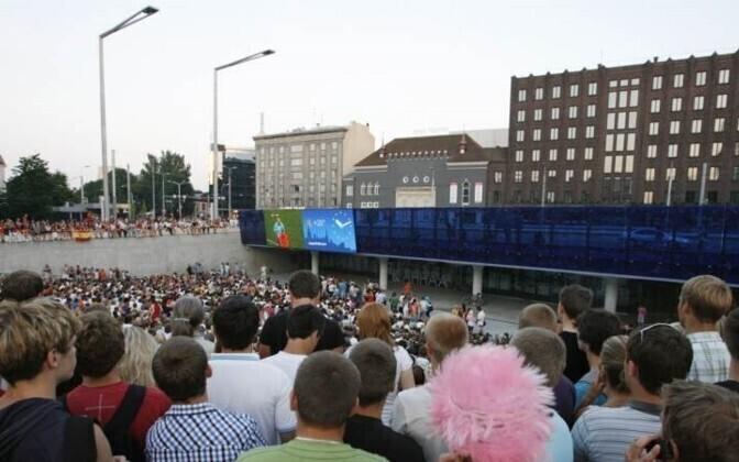 Традиция показывать футбол на большом экране существует в Таллинне уже много лет.