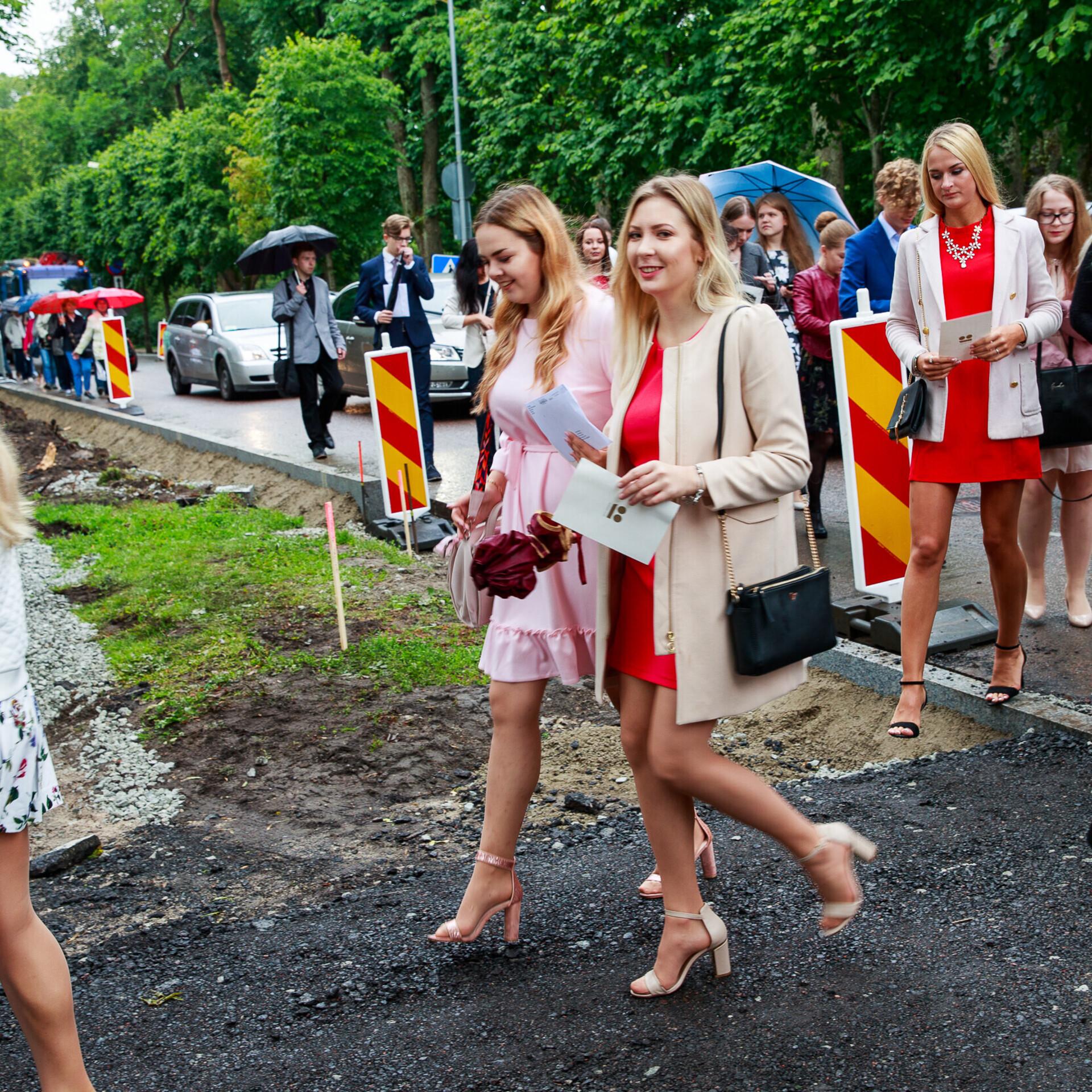17d1c96f368 President võõrustas Kadriorus parimaid koolilõpetajaid | Eesti | ERR