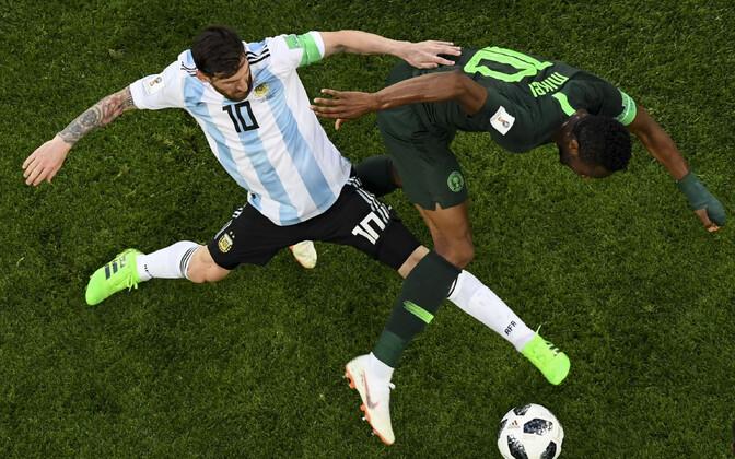 John Obi Mikel ja Lionel Messi
