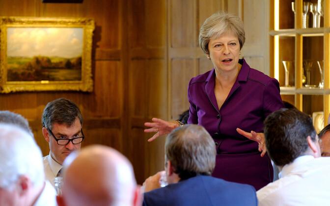 Peaminister Theresa May reedel valitsuskabinetile plaani selgitamas.