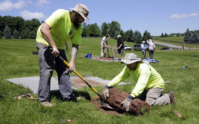 Arheoloogid eemaldavad imeõhukese mullakamara kihi, et otsida pinnasest võimalikke esemeid, mis kõneleksid festivalist.