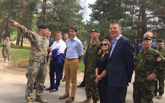 Kanada peaminister Lätis kaasmaalastest sõduritega kohtumas.
