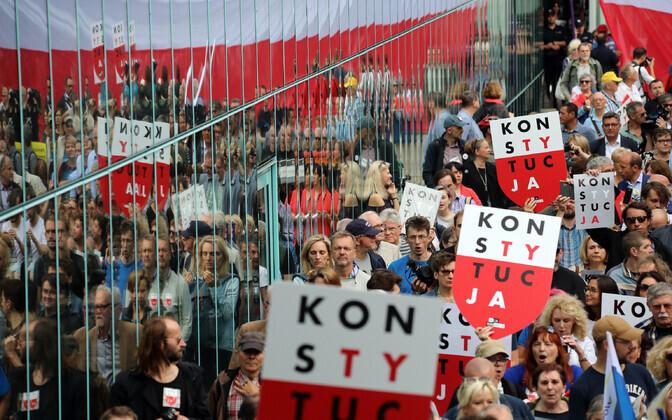 Poola justiitsreformi vastased meeleavaldajad Varssavis.