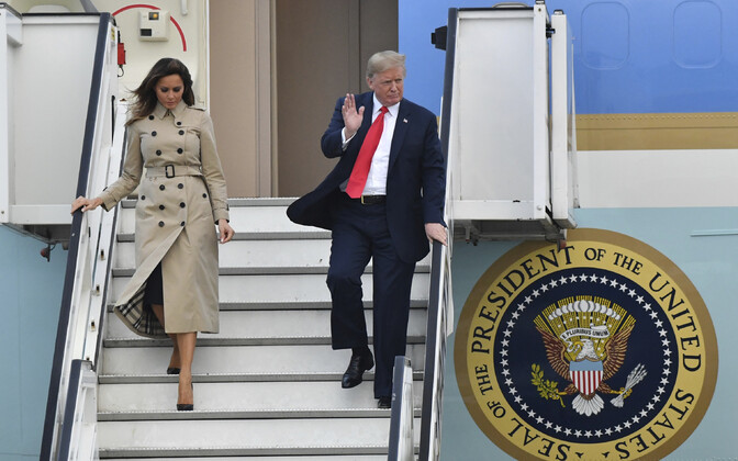 USA presidendi abikaasa Melania Trump ja president Donald Trump väljuvad õhujõudude lennukist Air Force One Belgia Melsbroeki lennuväljal.