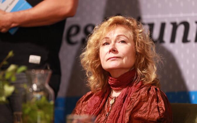 По мнению экспертов, поэзия Дорис Каревой проникнута женственностью и чувственностью.