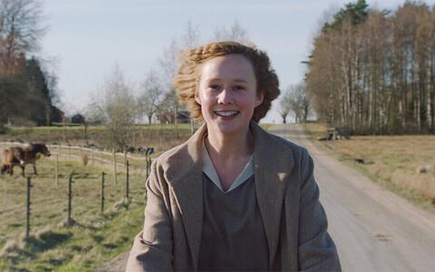 Noor Astrid (Alba August) astub julgelt vastu oma aja normidele.