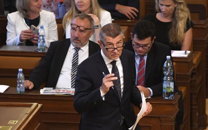 Tšehhi peaminister Andrej Babiš parlamendis kommunistide fraktsiooni liikmete ees.