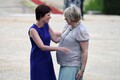Belgia peaministri elukaaslane Amelie Derbaudrenghien tervitab Eesti peaministri prouat Karin Ratast