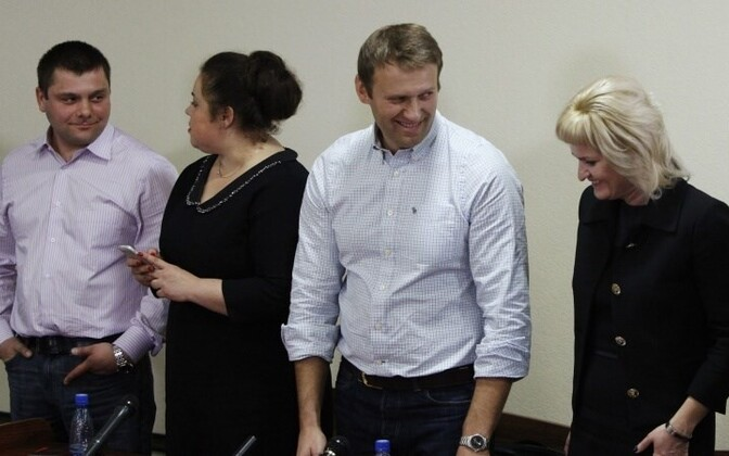 Петр Офицеров (слева) и Алексей Навальный в зале суда в 2013 году.