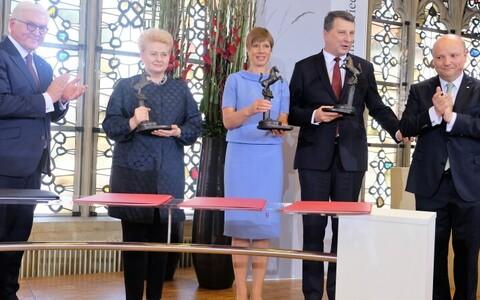 Керсти Кальюлайд (в центре) от имени Эстонии приняла Вестфальскую премию мира.