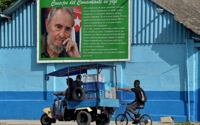 Kuuba töölised Castro plakati all.