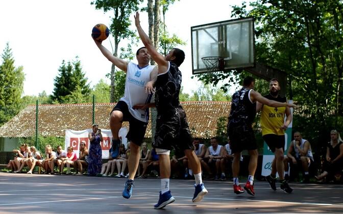 Jüri Ratas (vasakul valges) tänavakorvpalli mängides