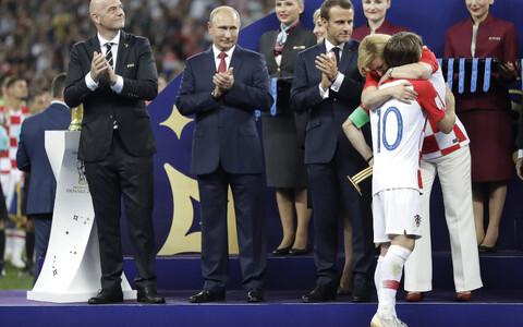MM-i parima mängija auhinna võitnud Luka Modricit kallistab Horvaatia president Kolinda Grabar-Kitarovic